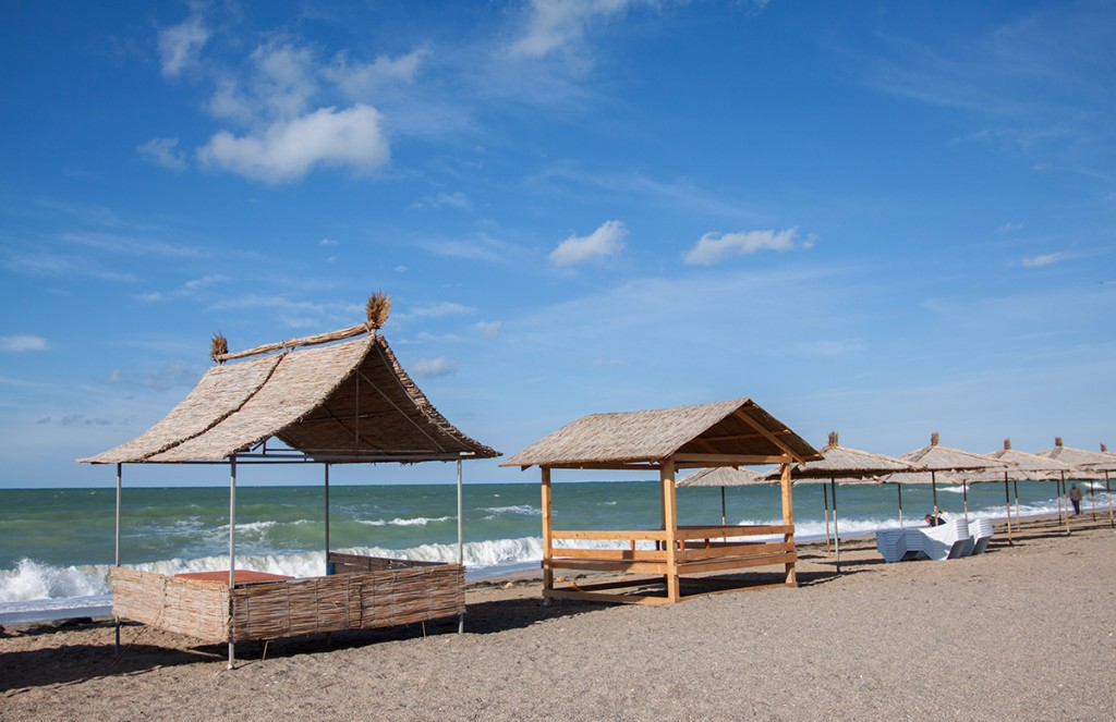 Крым заслуженно называют жемчужиной России, полуостровом сокровищ. Отель на берегу моря в Крыму отличный вариант для отдыха, комфортные условия проживания в деревянных коттеджах оставят незабываемые впечатления, а близость моря и пляжа позволят насладиться отдыхом.